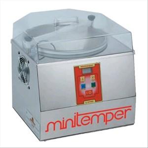 TEMPÉREUSE À CHOCOLAT - Mod MINITEMPOUR - Refroidissiment à air froide - Capacité bac lt. 5/Kg 3 - Puissance W 300 - Dimensions cm L 40 X P 42 X 40 H - Norme CE