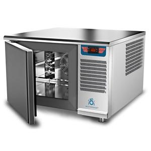 CELLULE DE REFROIDISSEMENT RAPIDE - MOD. AB 2/3 - Refroidissement à air - Capacité plaques : 3 x GN 2/3 (35,4x32,5 cm) - Rendement de refroidissement : +3° (9 kg) - Rendement de surgélation : -40° (7 kg) - Dim. ext. L 65,8 x P 63 x h 42 cm - Norme CE